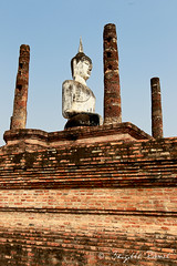 A l'ombre du Boudha (Nuajes) Tags: voyage travel statue asia asie sukhotai thailande boudha 1dmark4 parcarcheologique nuajes brigitteramel