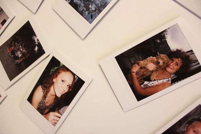 Polaroidbilder på kulskåpet.
