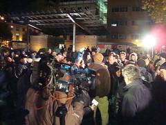 Photo: caméras de télé et toute la foule qui regardent vers le centre où a lieu le débat avec M. Perron