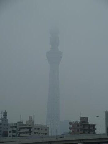 霧がかった東京スカイツリー