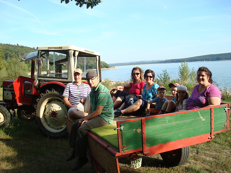 Familienausflug mit dem Traktor