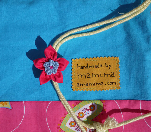 The drawstring bag and the kanzashi flower by mamima project
