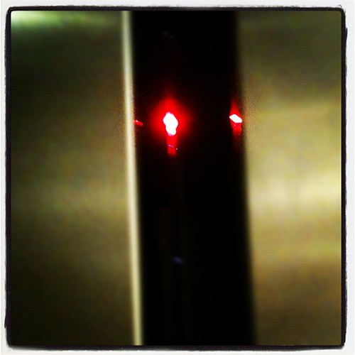 Un cyborg escondido en el ascensor!! by rutroncal