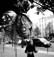 Halloween street (Jack_from_Paris) Tags: jpr0669d700 nikond700 zeissdistagon235mmzf carlzeiss f28 bw nb noir street halloween avenue ditalie paris jogging joggeuse masque horreur peur regards bokeh detail portrait tête head rue la prime lens monochrom blackandwhite monochrome