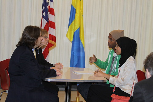 "Abshir och Asma gör ett rollspel där de representerar ""nationen"" Rosengård och de förhandlar med U.S. diplomats Public Affairs Counselor Chris Dunnett och Acting Economic Counselor Anna Stinchcomb."