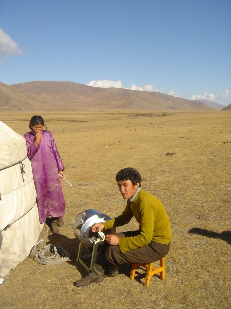 Fabrication de beurre en milieu traditionnel (yourte) : barattage, Sum de Khangaï (bag de Noyon Khangaï), Arkhangaï, Mongolie
