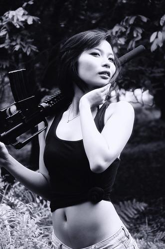 無料写真素材, 人物, 女性  アジア, タンクトップ, 機関銃, モノクロ, ベトナム人, 人物  森林