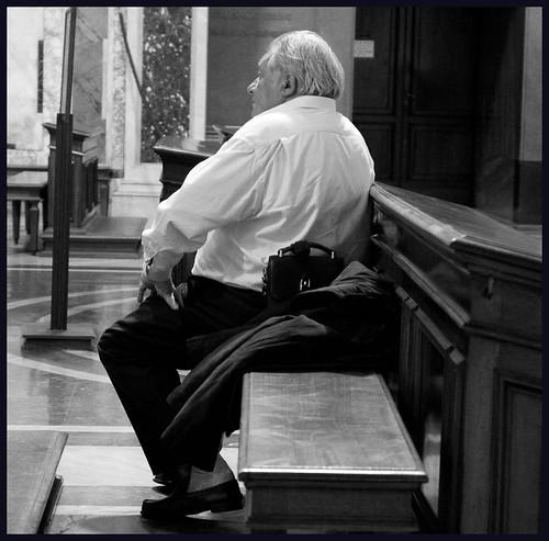 oude man in kerk by hans van egdom