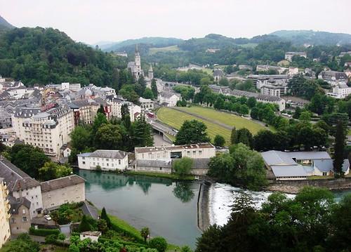 Vista de la ciudad y del santuario desde el castillo sobre el Rio Gave