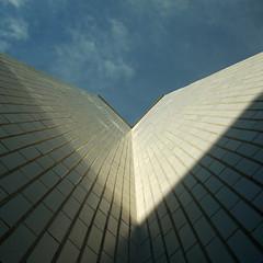 V come cielo (MING page) Tags: sky blu ombra v cielo su ming alto azzurro bianco architettura luce simmetria verticale fuga prospettiva piastrelle angolo rotermanni mingsign
