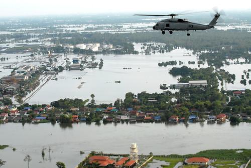 美軍太平洋艦隊所屬直昇機22日於曼谷上空,協助泰國軍方調查淹水範圍。(照片來自U.S. Pacific Fleet)