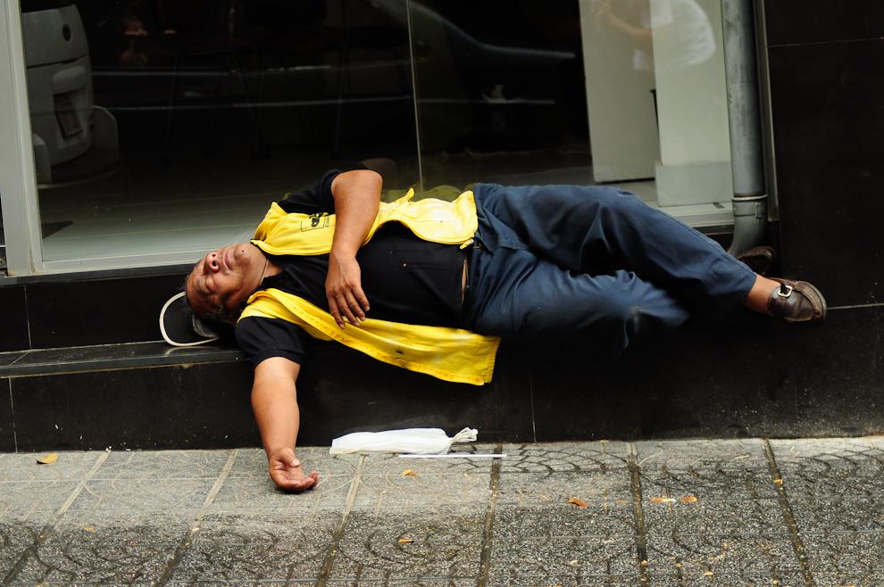 Un repartidor de periódicos toma un descanso en los escalones de la entrada de una conocida financiera sobre la calle Alberdi en la jornada del 15 de Agosto del 2011. Se necesita un descanso extra cuando se trata de distribuir una parte de los 32.000 ejemplares que se reparten diariamente. (Elton Núñez)