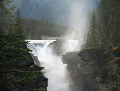 Athabasca Falls:Barevná duha nad nasupenými vodami