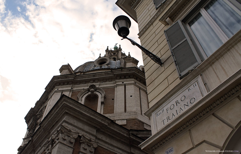 Roma é uma cidade onde as belezas com vários séculos se mesclam. Em frente ao fórum de Trajano, belos edifícios do século XVII e XVIII estão bem presentes.