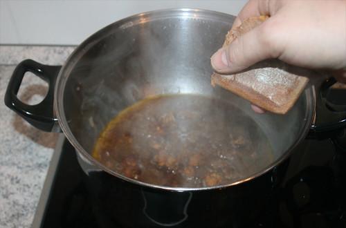 31 - Soßenkuchen hinein bröseln