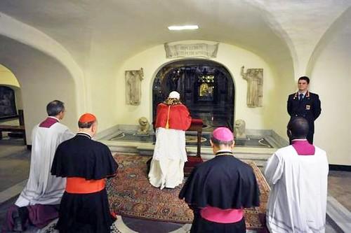 Benedicto XVI rezando ante la tumba de San Pedro