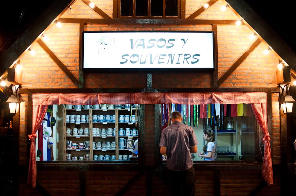 Un hombre se detiene a comprar su manija en el local donde se vendían los vasos y souvenirs en el patio del Club Alemán de Colonia Obligado, durante la 3ra noche del Festival Chopp Fest 2011. (Elton Núñez)