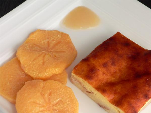 Brioche-Käsekuchen und pochierte Kaki
