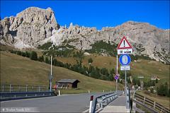 October Rides, Part 2: Die Sellaronda in den Dolomiten mit dem Rennrad (Torsten Frank) Tags: italien pass technik ita alpen verkehr dolomites dolomiti sdtirol altoadige verkehrsschild gebirge dolomiten strase grdnerjoch trentinoaltoadige passhhe passogardena kolfuschg