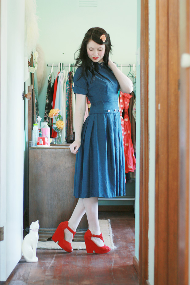 1940s blue dress red shoes f
