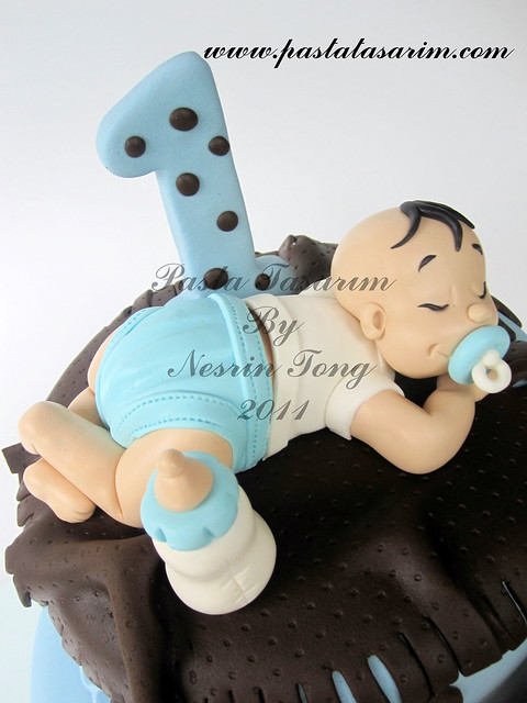sleeping baby boy - can 1st.birthday cake