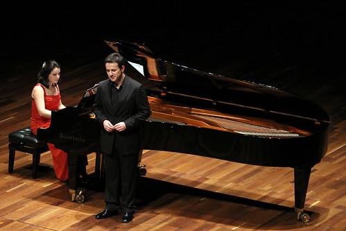 JAVIER ALONSO (TENOR) Y AINOA PADRÓN (PIANO) - AUDITORIO CIUDAD DE LEÓN - 24.10.11 by juanluisgx
