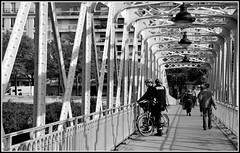 Passerelle sous surveillance ... (photosylvia / silabox...on/off) Tags: bw paris metal puente shadows bn pont bastille sombras vlos ombres acier passerelle bicyclettes estructurametalica struturesmtalliques