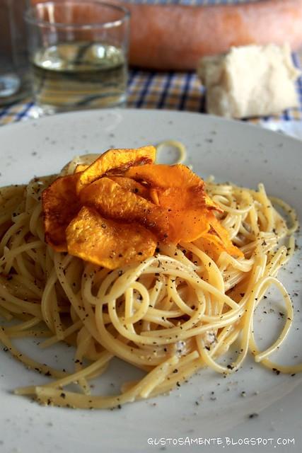 Spaghetti cacio e pepe con zucca croccante