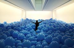 Felicidade azulada (Esteban Fojo) Tags: azul felicidad globos esteban vigo exposicion garrido fojo xepi efojo xpiphotos