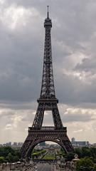 Anglų lietuvių žodynas. Žodis tower reiškia 1. n 1) bokštas; 2) tvirtovė, citadelė;2. v kyšoti, kilti; vyrauti; to tower above būti aukščiau kitų, pralenkti kitus; išsiskirti lietuviškai.