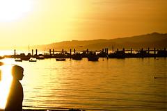 Un nio y su luz para Paco (F SoGel :-)) Tags: espaa luz sol mar barcos galicia nio ocaso pontevedra vigo pantalan arealonga radevigo