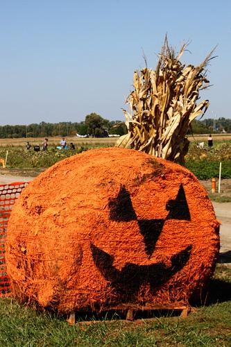 pumpkin-hay-bale