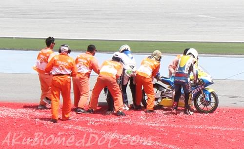 Marshal membantu pelumba Motor2 yang jatuh