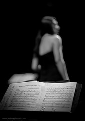 Jazz Stars 11 (Jrme Pierson) Tags: jazz jazzy blues music live score partition woman femme donna donne mulher mujer musician musicienne singer chanteuse back profile dos blurry dof black white photo photography