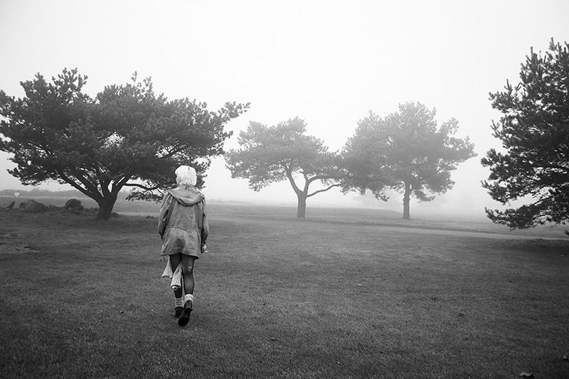 fick inte vara hemma så vi hängde på en dimmig golfbana hela dagen, och i en korvkiosk...