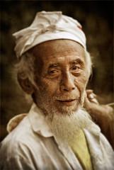 Balinese Man (EdBob) Tags: old portrait bali man face hat hair indonesia beard person eyes asia oldman hindu wrinkles seller balinese sideman iseh flickraward edmundlowe edlowe edmundlowe allmyphotographsarecopyrightedandallrightsreservednoneofthesephotosmaybereproducedandorusedinanyformofpublicationprintortheinternetwithoutmywrittenpermission edmundlowephotography edmundlowestudiosinc