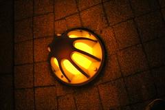 Fuente gualda de luz (Xver) Tags: street luz yellow faro licht objetos amarillo gelb ligth karlsruhe texturas gualda nikond40