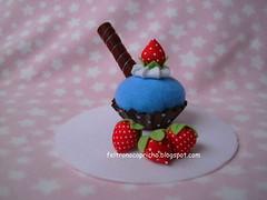 Cupcake azul com marrom (Fê Eccel- Feltro no capricho) Tags: azul cupcake feltro patchwork morango marrom docinho enfeite lembrancinhas poá
