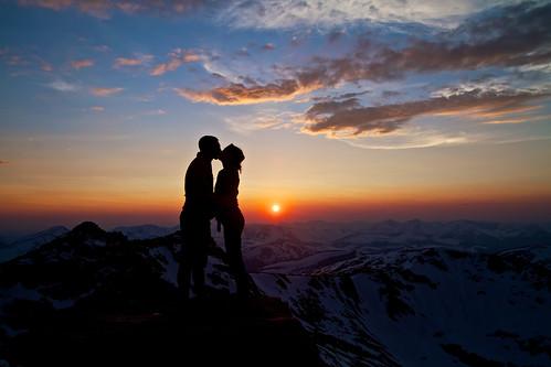 無料写真素材|人物|カップル|キス・くちづけ|人物朝焼け・夕焼け|人物山|シルエット|人物二人