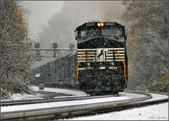 64J Eastbound in Snow at Ardara (Images by A.J.) Tags: railroad bridge autumn winter light snow storm fall rain trash train tren pittsburgh gloomy pennsylvania snowy ns norfolk rail railway overcast stormy trains line southern pa signals rainy gloom ge bahn signal treno freight position chemin trein pl ferrocarril wintry  ardara ferroviario   ferroviaire