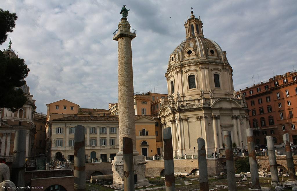 Colonne Trajane, surplombée de la statue de Saint Pierre. Cette colonne réussit à traverser les temps intacte, résistant aux guerres, aux déprédations et autres catastrophes naturelles.