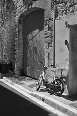 Descanso (SantiMB.Photos) Tags: street door bw france geotagged calle puerta bn moto moped francia fra darken ciclomotor saintrmydeprovence provencealpesctedazur localcontrast geo:lat=4378838931 geo:lon=483220875