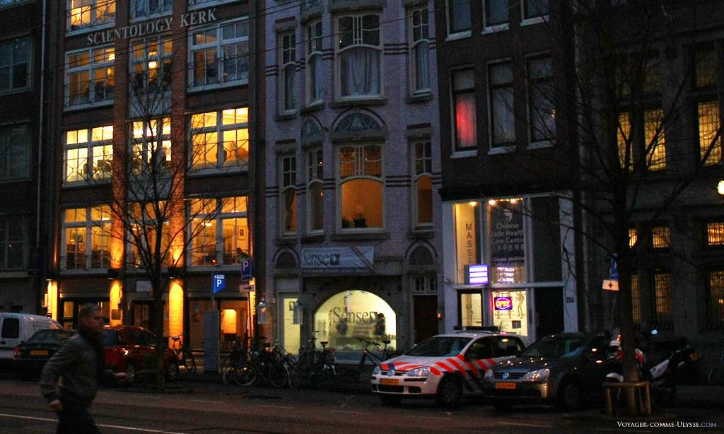 L'église de Scientologie d'Amsterdam, avec, juste à coté, un centre de massage chinois…