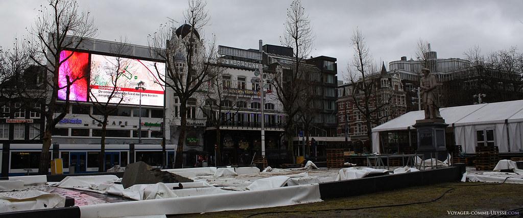 La Place Rembrandt, juste après une fête