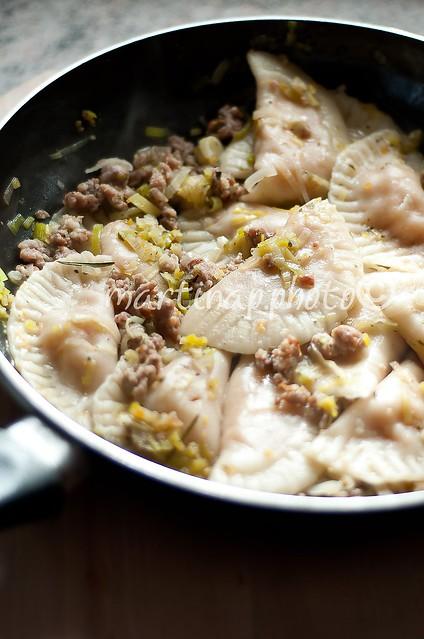 Ravioli alla zucca con salsiccia e porri
