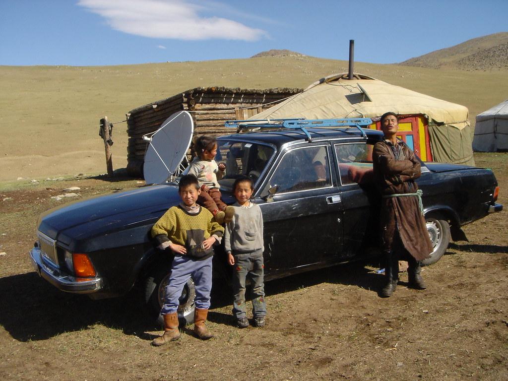 Famille devant une yourte