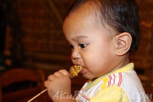 Baby Aslah makan Satay