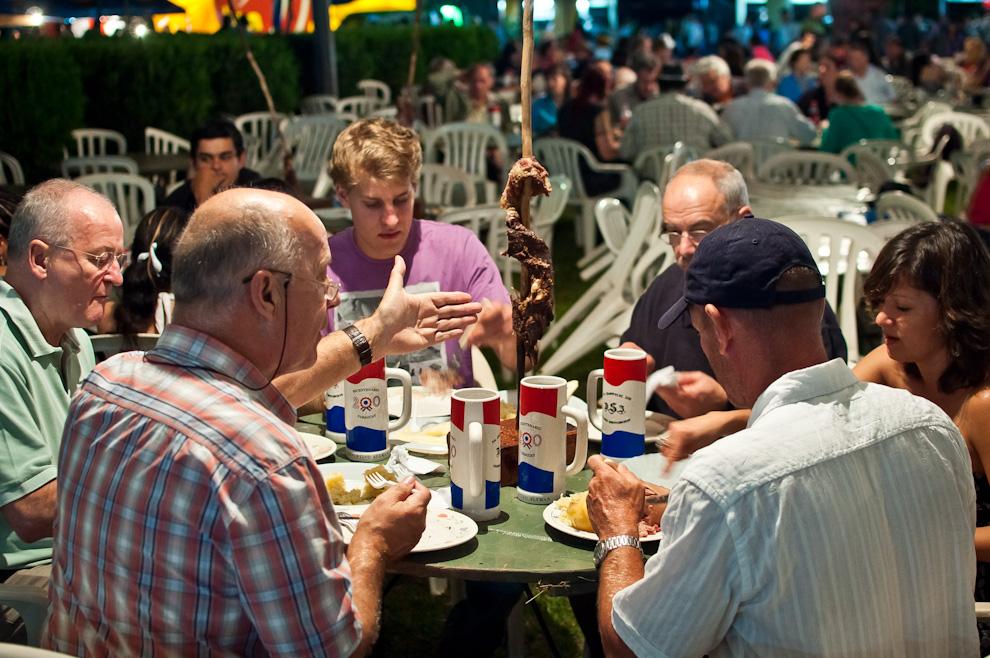 Un grupo de colonos disfruta el tradicional asado a la estaca en la noche del festival Chopp Fest de Colonia Independencia. Se podía comprar cortes de costilla desde 50.000gs hasta 200.000gs, para 2 personas y hasta para 6 personas. (Elton Núñez)