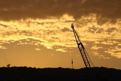 sueo o realidad. (fmateluna_90) Tags: chile sol del de puerto atardecer valparaiso muelle mar via amarillo nubes pluma puesta cerros grua baron mbm