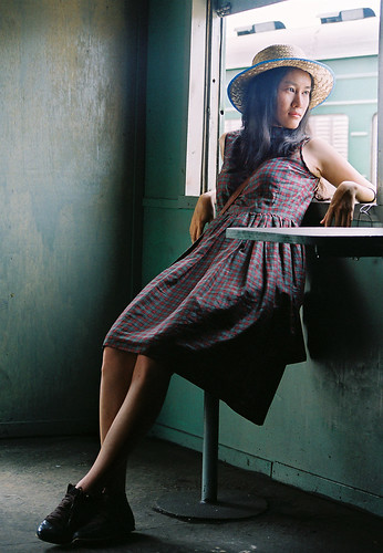 無料写真素材, 人物, 女性  アジア, 女性  座る, 帽子, ワンピース・ドレス, ベトナム人